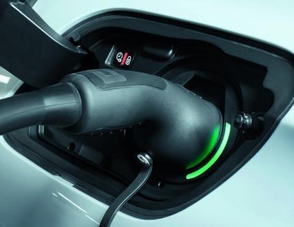 Gniazdo ładowania w nowym Peugeot 508 SW Hybrid znajduje się symetrycznie do wlewu paliwa