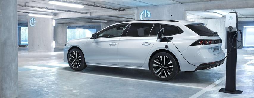 Ładowanie akumulatora w nowym Peugeot 508 SW Hybrid w domu i w punktach publicznych