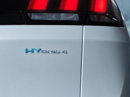 Wyróżnij się dzięki charakterystycznemu oznaczeniu samochodów hybrydowych Peugeot