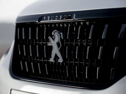 Grill z napisem Peugeot w czarnym kolorze Perla Nera  z logo Black Lion – W opcji PEUGEOT 2008 SUV Black Pack.