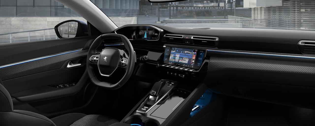 PEUGEOT i-Cockpit z cyfrowym wyświetlaczem zegarów w polu widzenia drogi i kompaktową kierownicą - nowy PEUGEOT 508 dla biznesu