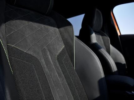 Nowy SUV PEUGEOT 2008 - siedzenia o sportowym kształcie pokryte skórą i Alcantarą®