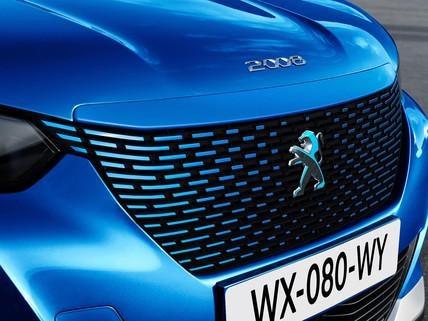 Nowy elektryczny SUV PEUGEOT e-2008 - grill w kolorze nadwozia z opalizującym logo lwa