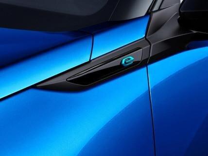 """Nowy elektryczny SUV PEUGEOT e-2008 - oznaczenie """"e"""" wersji z napędem elektrycznym"""